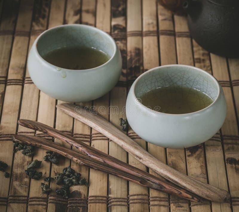 Pot et tasses de thé sur la table en bois image libre de droits