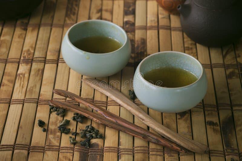 Pot et tasses de thé sur la table en bois images stock