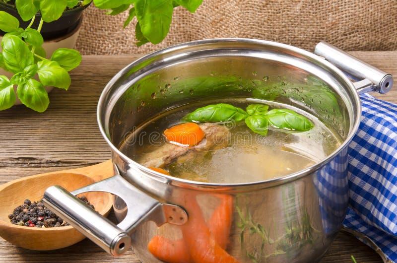 Pot met bouillon royalty-vrije stock afbeeldingen