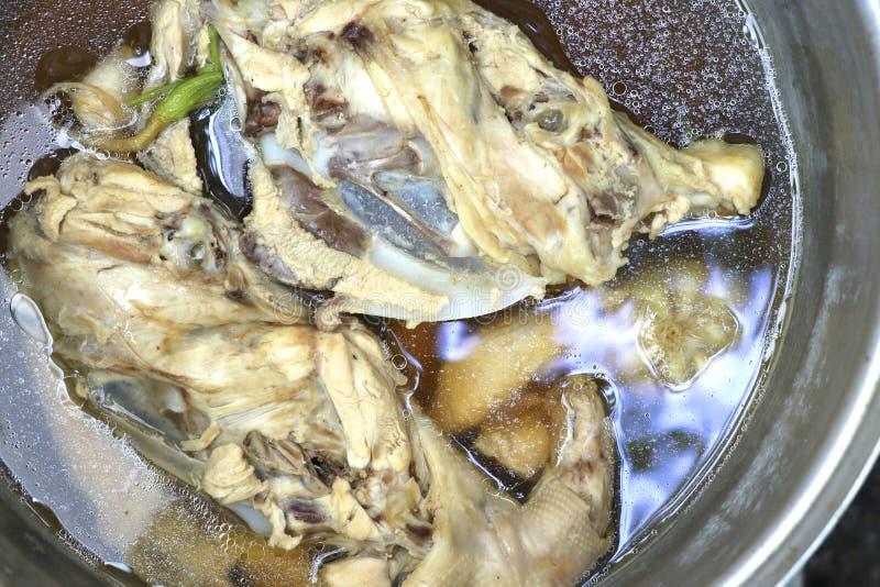 Pot met kippen binnen voorraad Kippenribben voor soep royalty-vrije stock foto