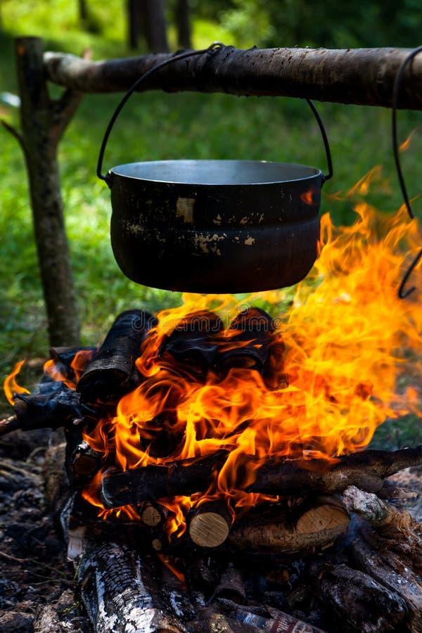 Pot op de brand stock afbeeldingen