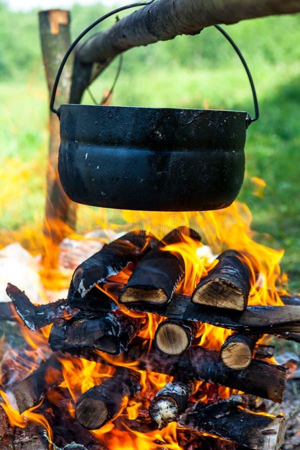 Pot op de brand stock afbeelding