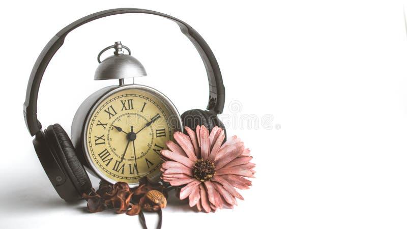Pot-pourri isolado na frente do despertador do vintage com Roman Nu imagens de stock royalty free