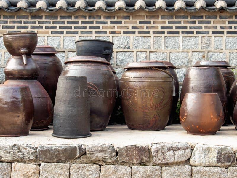 Pot traditionnel coréen de kimchi sur l'affichage photos libres de droits