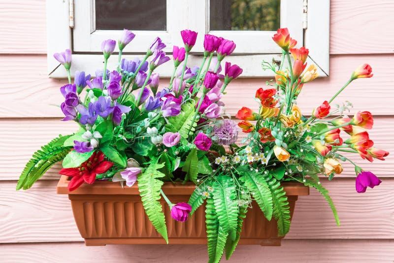 Pot van bloemen op de muur royalty-vrije stock foto's