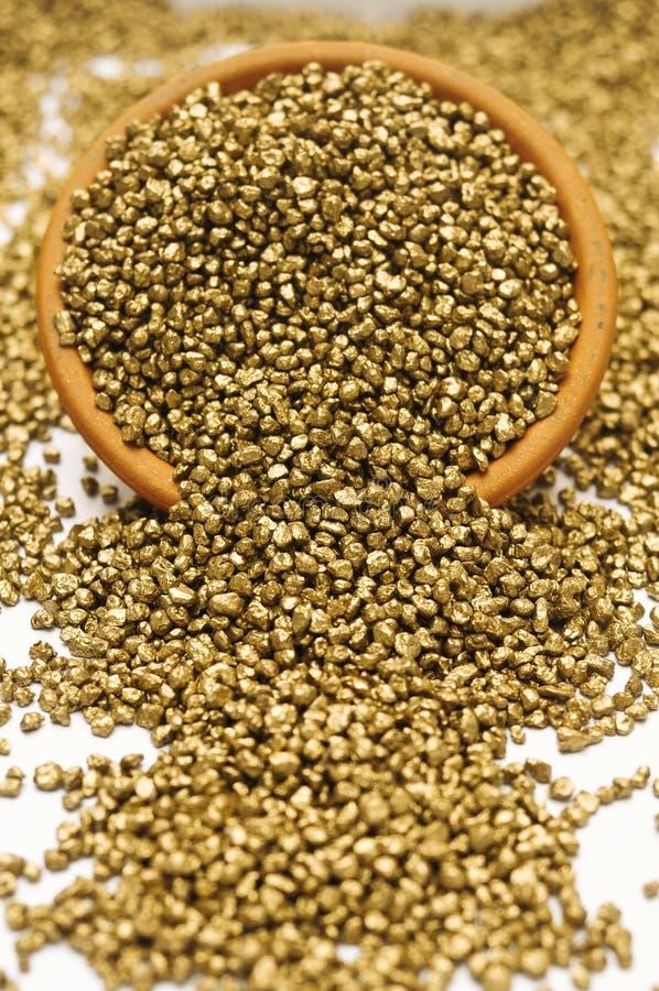 Pot van gouden goudklompjes stock afbeeldingen