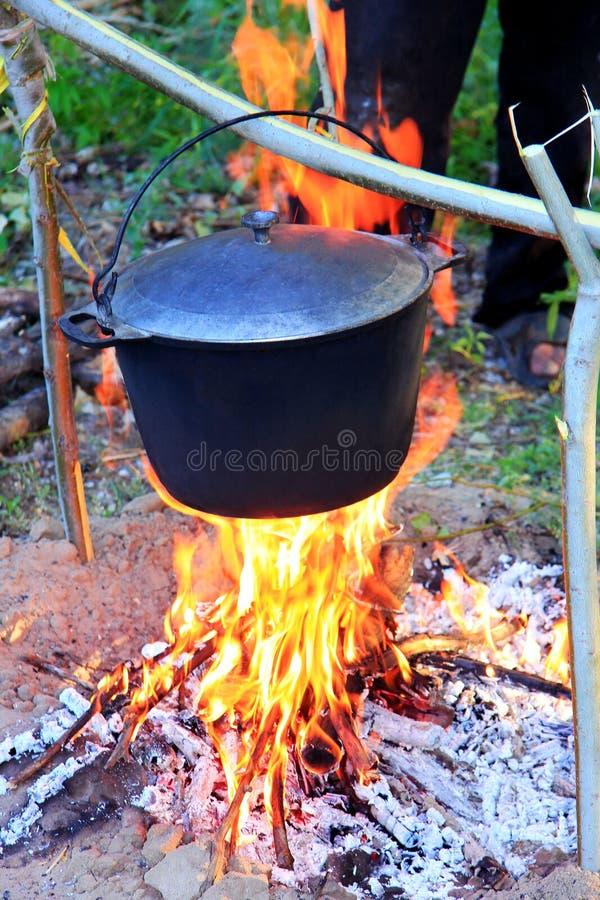 Pot van vissensoep die op de brand, een warme avond worden voorbereid stock afbeeldingen