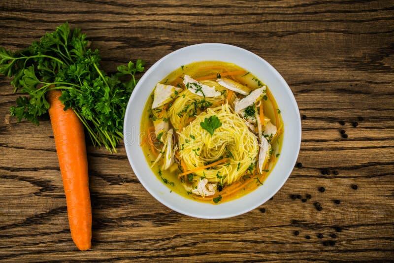 Potage au poulet avec des nouilles et des légumes frais dans la cuvette image libre de droits