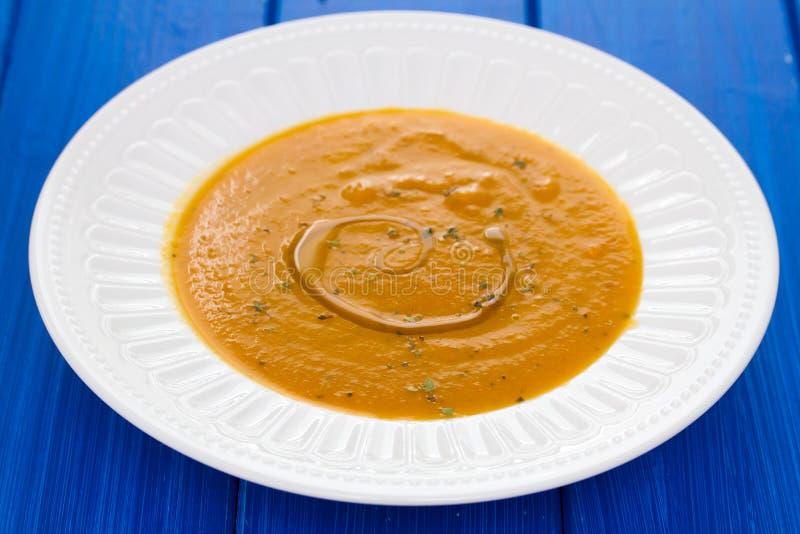 Potage aux légumes avec de l'huile sur le plat photos stock