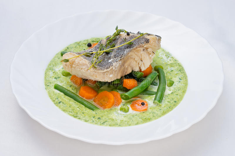 Potage aux légumes avec des poissons photos stock