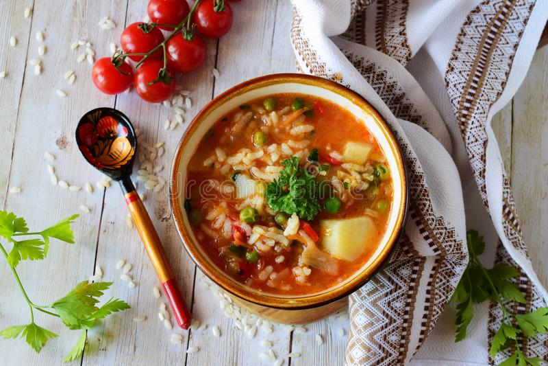 Potage aux légumes avec du riz images stock