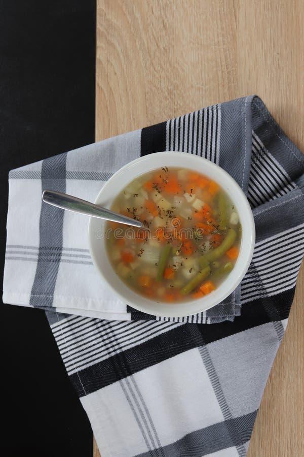 Potage aux légumes avec les gruaux et l'origan images stock