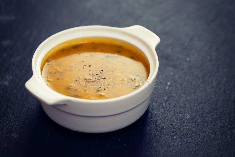 Potage aux légumes dans la cuvette blanche photos stock