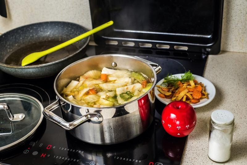 Potage aux légumes de ébullition images stock