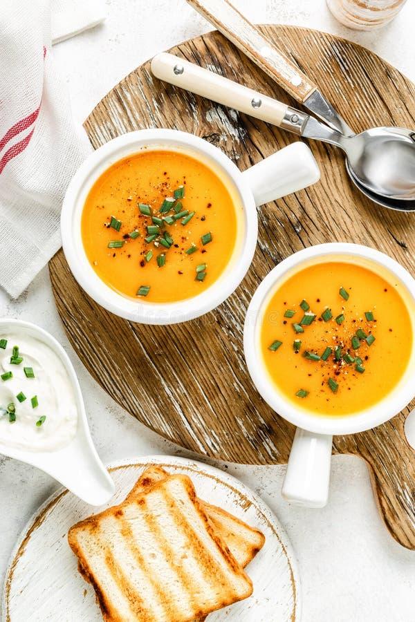Potage aux légumes de potiron ou de carotte ou de patate douce photo stock