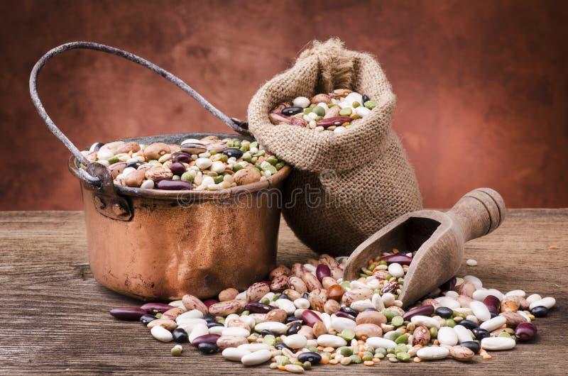 Potage aux légumes et céréales mélangées photos stock