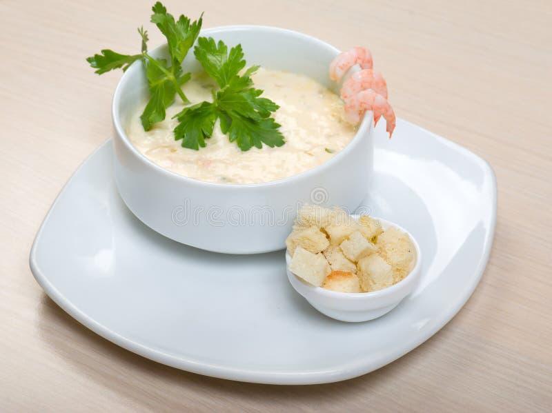 Potage crème végétal avec des crevettes roses images libres de droits