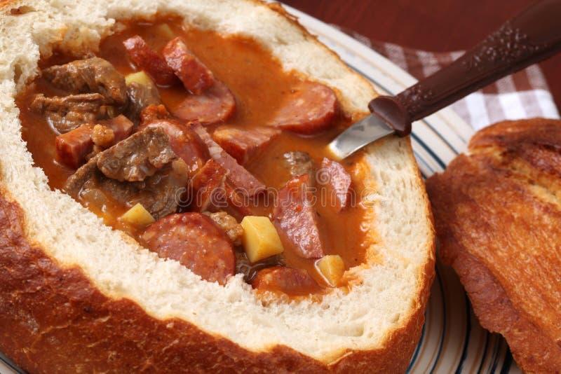 Potage de goulache dans un bol de pain image libre de droits