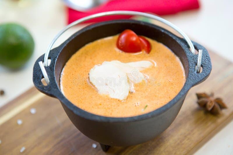 Potage de poulet Soupe crémeuse fraîche faite maison avec le poulet et les légumes dans une fin noire de cuvette  photos libres de droits