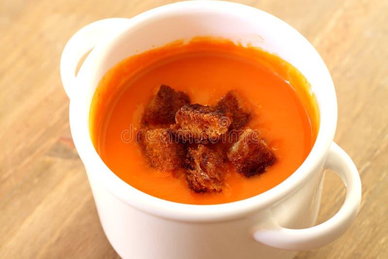 Potage de tomate avec les croûtons A photo libre de droits