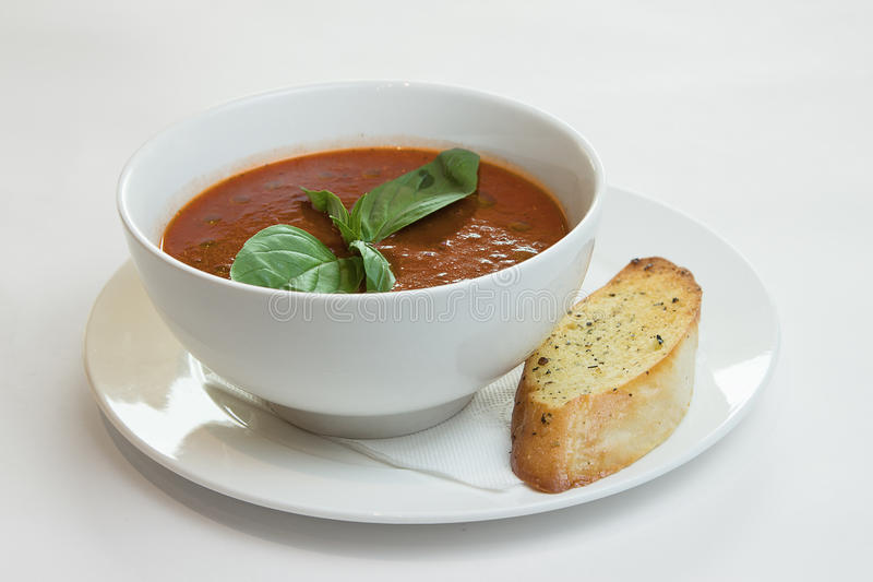 Potage de tomate sur la table de cuisine photos stock