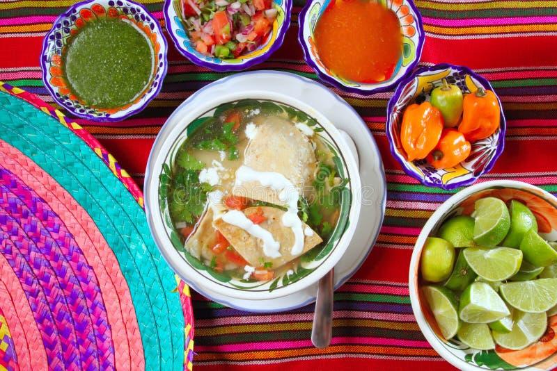 Potage de tortilla et sauces mexicaines à habanero de /poivron photographie stock libre de droits