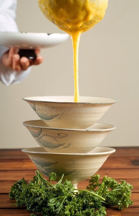 potage pleuvant à torrents de chef de butternut photo stock
