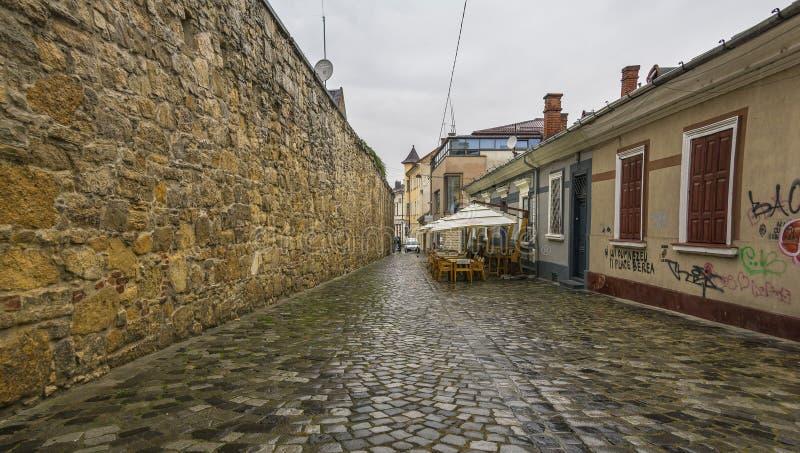 Potaissa gata med rest av medeltida väggar i Cluj, Rumänien fotografering för bildbyråer