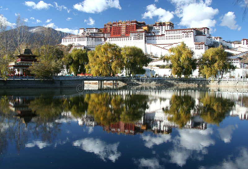 Potala - de woonplaats van de dalailama stock foto