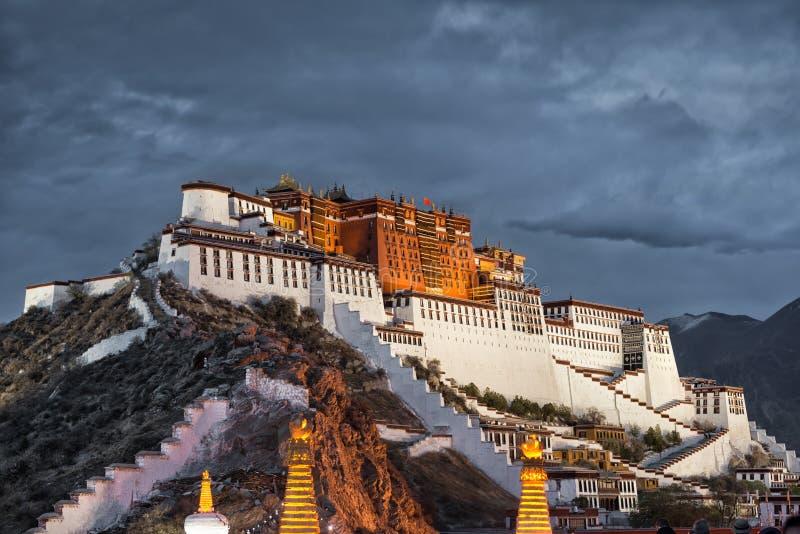 Potala pałac w Lhasa na chmurnym dniu (Tybet) obrazy stock