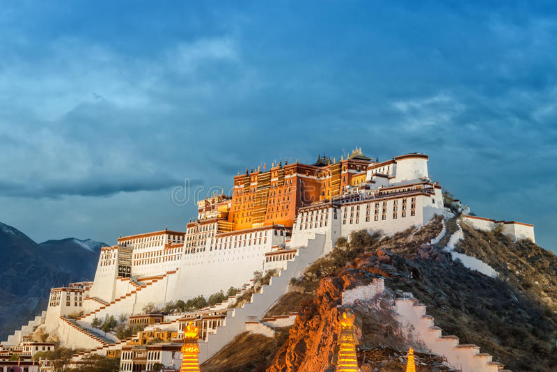 Potala slott i Lhasa royaltyfri fotografi