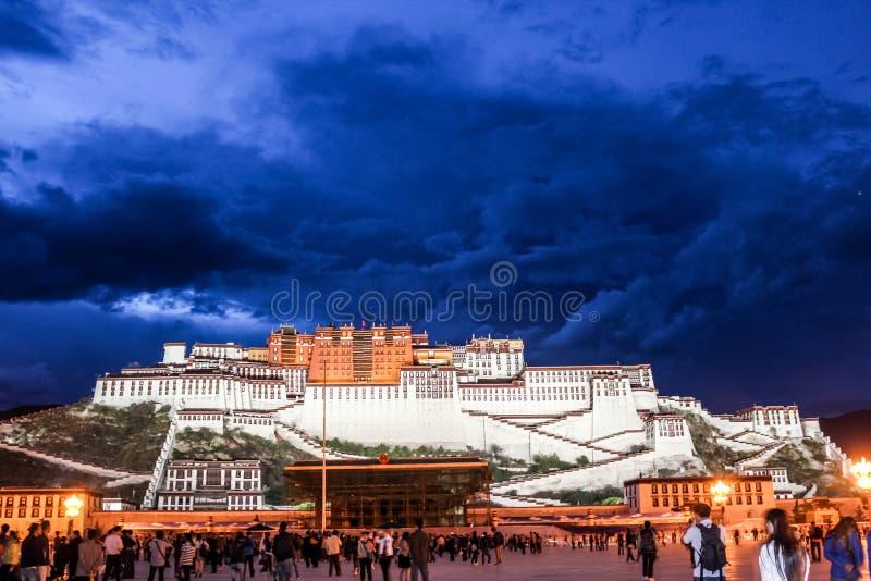 Potalapaleis in Tibet stock afbeeldingen