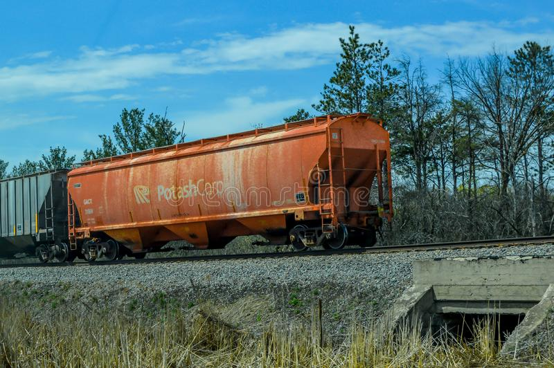 Potas Corp Ladingstrein Caboose op Spoorweg stock foto's