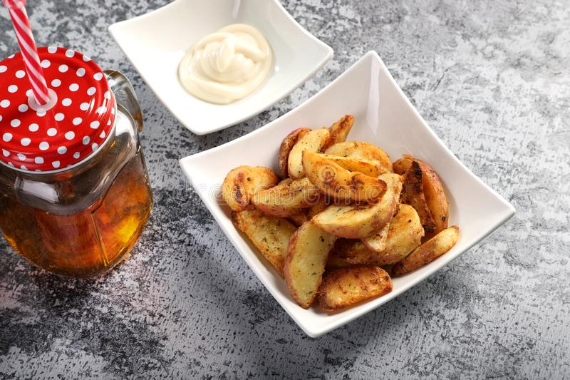 Potates de pommes de terre avec jus de pomme / Boisson froide et sauce Mayonnaise photo stock
