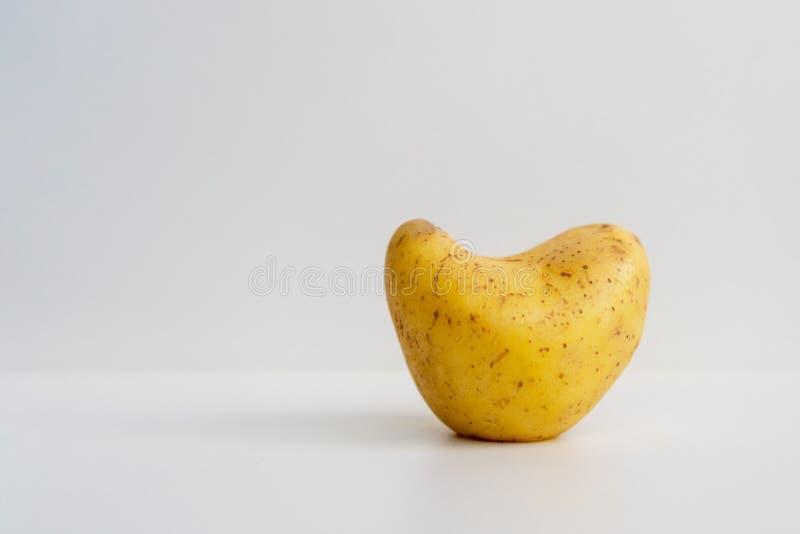 Potatis i formen av en hjärta arkivbild