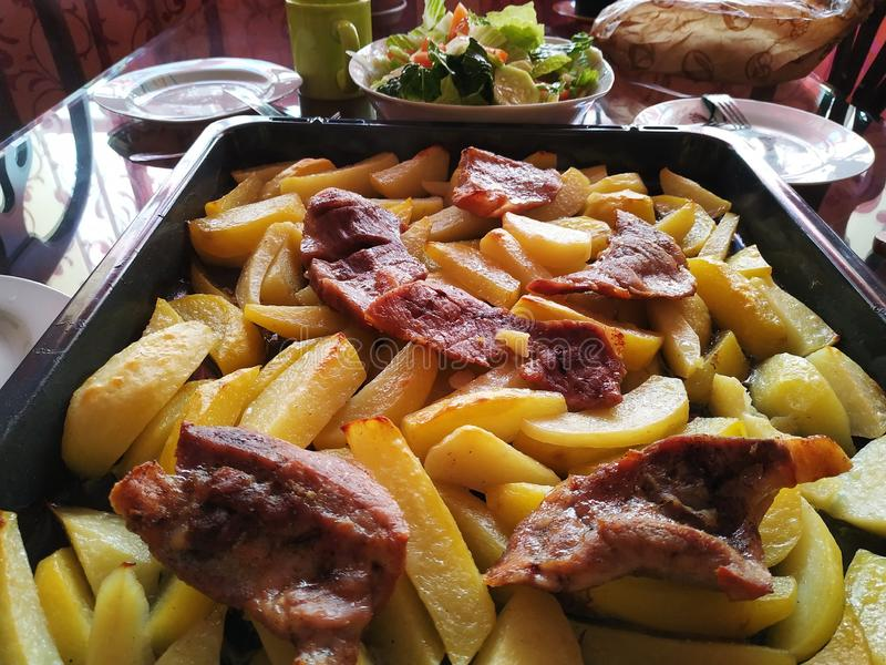 Potatis med bakat kött arkivbilder