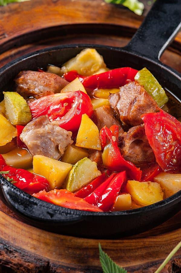 Potatis med kött och grönsaker i en form royaltyfri bild