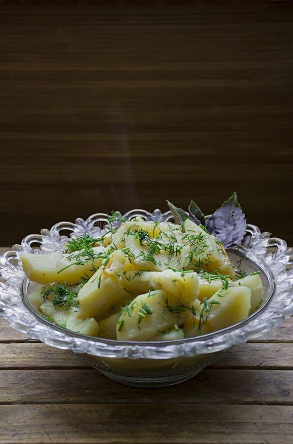 Potatis som l?tas sm?koka med gr?nsaker och ?rter Smaklig och n?ringsrik lunch royaltyfri fotografi