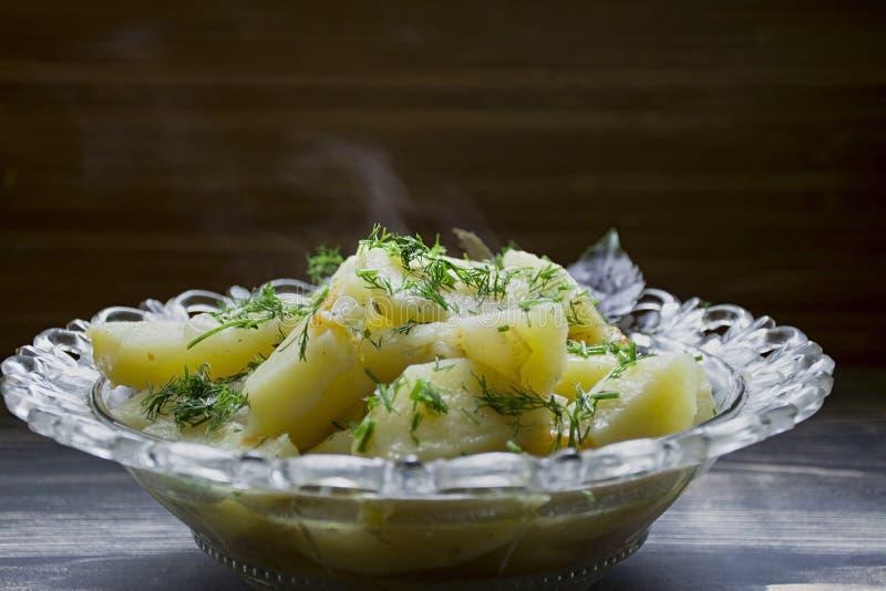 Potatis som l?tas sm?koka med gr?nsaker och ?rter Smaklig och n?ringsrik lunch fotografering för bildbyråer