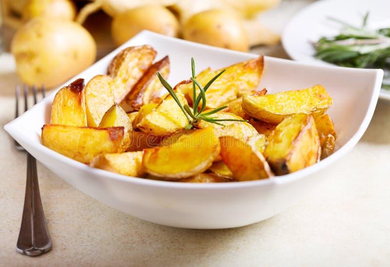 potatisar grillade rosmarinar royaltyfria foton