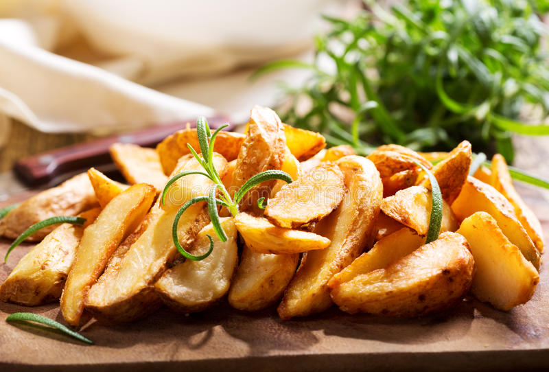 potatisar grillade rosmarinar royaltyfri foto