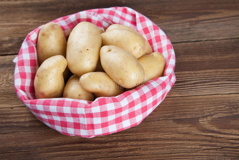 Potatisar i en handduk royaltyfri bild