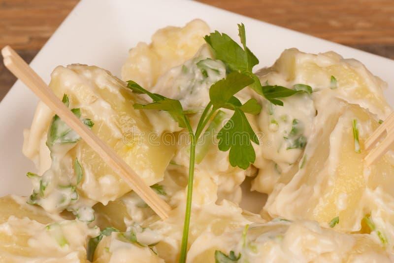 Potatisar i vitlöksås royaltyfria foton