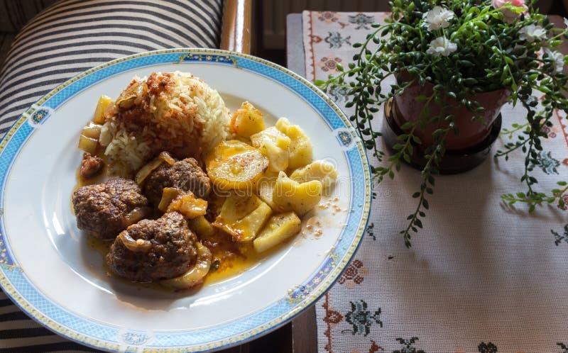 Potatisar, köttbollar och ris arkivfoton