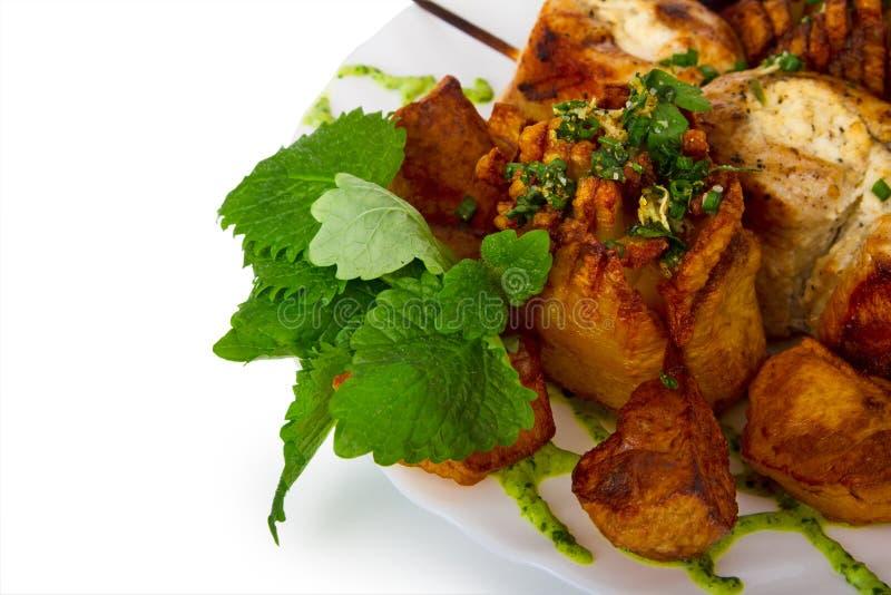 Potatisar och stekt kött arkivbild