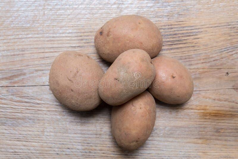Potatisar på lantligt wood begrepp royaltyfri fotografi