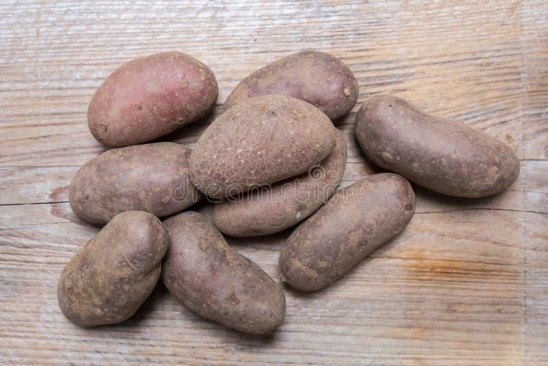 Potatisar på lantligt wood begrepp arkivfoto
