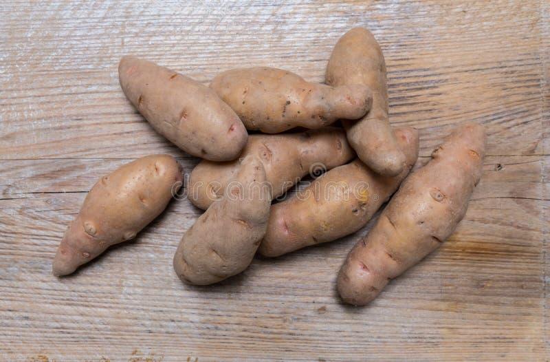 Potatisar på lantligt wood begrepp royaltyfri bild