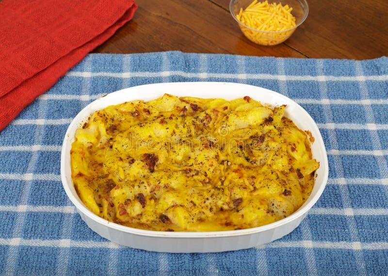 Potatisar som är gratinerade i eldfast form royaltyfri foto