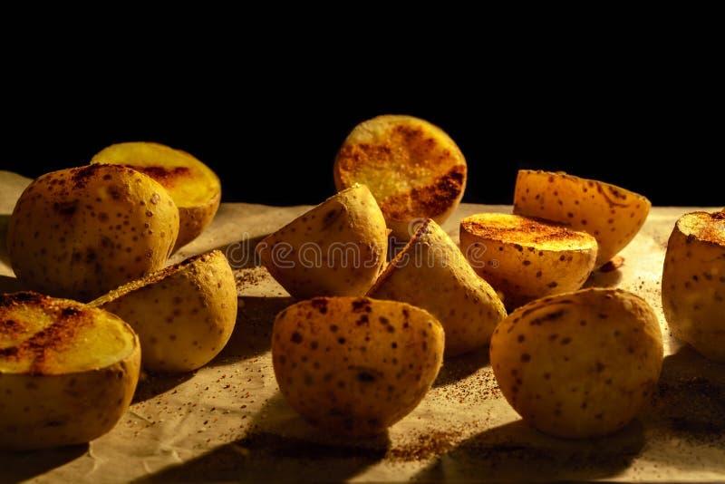 Potatisar som bakas i ugnen fotografering för bildbyråer
